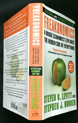 FREAKONOMICS; A Rogue Economicst Explains the Hidden Side of Everything. Steven D. Levitt, Stephen J. Dubner.